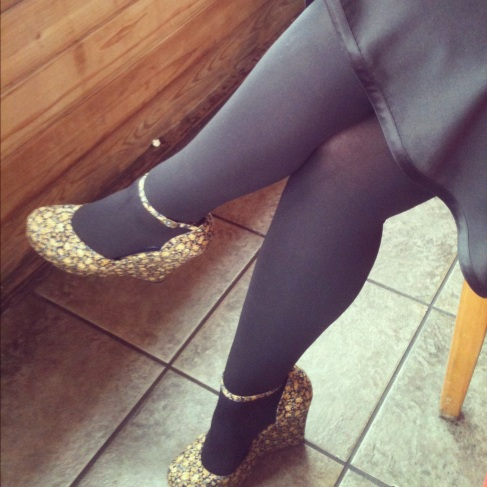 Opaque tights with floral wedges